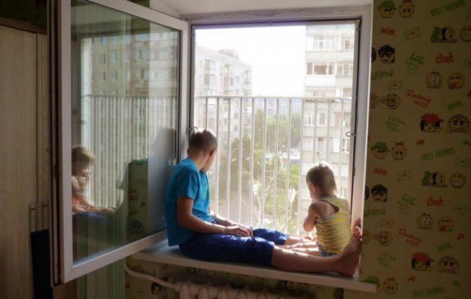 Ребенок открывает окно. Как обезопасить детей от окон? Безопасные окна для детей